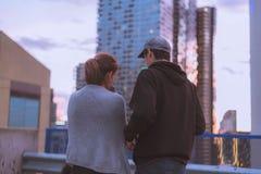 Mâle et une position femelle sur un toit d'un bâtiment et de discuter quelque chose images libres de droits