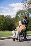 Mâle handicapé en voyage de fauteuil roulant Image stock