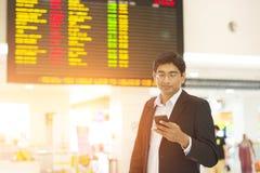 Mâle indien sur le terminal d'aéroport Photos stock