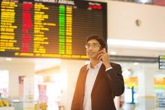 Mâle indien sur le terminal d'aéroport Images stock