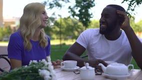 Mâle indifférent d'afro-américain essayant d'ignorer la femelle, échouer de rendez-vous avec une personne inconnue banque de vidéos