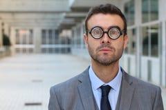 Mâle intelligent avec les lunettes très épaisses Image stock