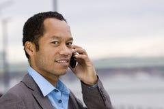 Mâle intelligent d'affaires avec l'extérieur mobile Image stock