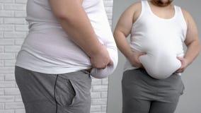Mâle malheureux tenant son gros estomac, désir de perdre le poids, problèmes de santé photos libres de droits