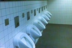 Mâle moderne d'intérieur de toilettes d'hommes photo libre de droits
