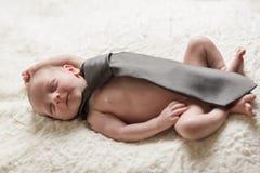 Mâle nouveau-né de bébé dans le lien d'affaires Photos stock