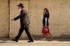Mâle observateur juif et Jérusalem femelle et vieux 2018 image stock