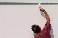 Mâle peignant le mur. Image libre de droits