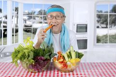 Mâle plus âgé avec les légumes organiques à la maison Photo libre de droits