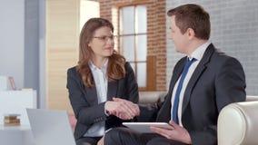 Mâle positif et associés féminins se serrant la main, accord réussi images stock