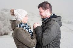 Mâle romantique tenant ses mains d'amie Image stock