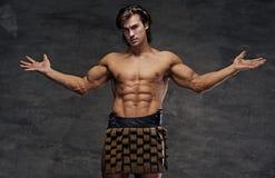 Mâle sportif avec les bras larges ouverts photographie stock