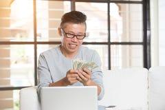 Mâle supérieur asiatique heureux Images stock