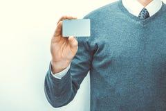 Mâle tenant la carte vierge de couleur grise dans sa main droite photos libres de droits