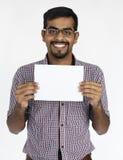 Mâle tenant le concept vide blanc de plaquette images stock