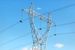 Mât électrique puissant dans le ciel images stock