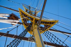 Mât authentique de bateau de navigation contre le ciel bleu photo stock
