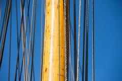 Mât, calage et cordes de bateau à voile en bois Photos stock