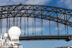 Mât de bateau de croisière environ à passer sous Sydney Harbour Bridge Photo stock
