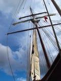 Mât de bateau silhouetté contre le ciel Photographie stock libre de droits