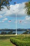 Mât de drapeau à la Chambre de Traité de Waitangi Photographie stock