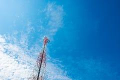 Mât de télécommunication avec le ciel bleu, la tour de cellules et l'antenn de radio Photo libre de droits