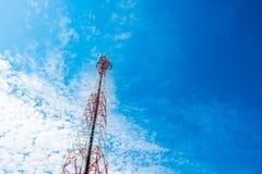 Mât de télécommunication avec le ciel bleu, la tour de cellules et l'antenn de radio Image libre de droits
