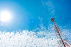 Mât de télécommunication avec le ciel bleu, la tour de cellules et l'antenn de radio Images stock