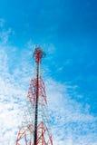 Mât de télécommunication avec le ciel bleu, la tour de cellules et l'antenn de radio Photos stock