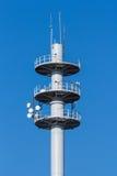 Mât de transmission sur le fond de ciel bleu Photographie stock libre de droits