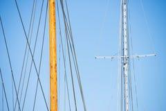 Mât en bois, calage et cordes de bateau à voile Photos stock