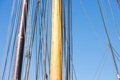Mât en bois, calage et cordes de bateau à voile Photographie stock