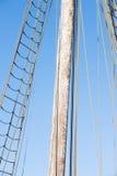 Mât en bois, calage et cordes de bateau à voile de vintage Photographie stock