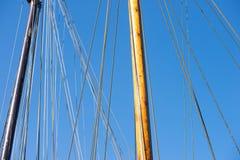 Mât en bois, calage et cordes de vieux bateau à voile Images libres de droits