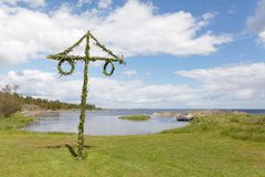 Mât minuscule dans l'archipel suédois, le ciel bleu et le clou blanc Images stock