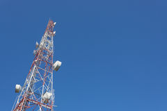 Mât TV de tour de télécommunication et antenne par radio images stock