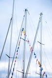Mâts de bateau à voile décorés des indicateurs Photo libre de droits