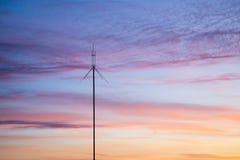 Mâts de télécommunication des antennes de télévision contre un coucher du soleil photographie stock