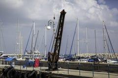 Mâts de yacht dans le port image stock