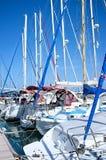 Mâts de yachts dans la marina Images libres de droits