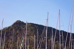 Mâts des yachts dans Marina Against un fond de montagne photos libres de droits