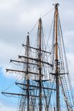 Mâts et calage des agains historiques d'un bateau de navigation de trois-maître Image stock
