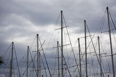 Mâts et ciel de yacht photo stock