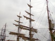 Mâts grands de bateau entre d'autres bateaux grands Image libre de droits