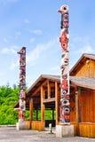 Mâts totémiques centraux culturels de point glacial de détroit de l'Alaska Image stock