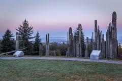 Mâts totémiques de montagne de Burnaby au lever de soleil Photographie stock libre de droits