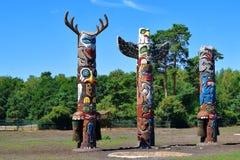 Mâts totémiques en bois photo stock