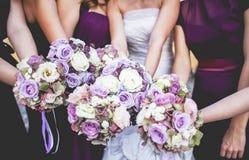 Mädchen halten Blumensträuße lizenzfreies stockfoto