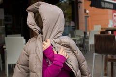 Mädchen im Rosa, das mit ihrem Mantel spielt stockbilder