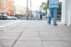 Männer gehen auf den Fußweg mit tragenden Vogelfuttertaschen stockbilder